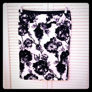 👒NEW👒EUC VTG b/w abstract floral pencil skirt